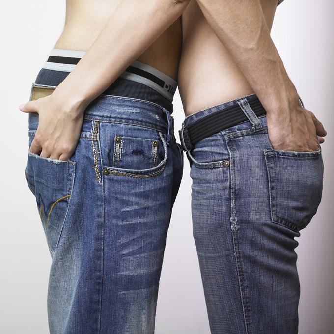 A chacun son jean pour être tendancehands in pant pockets