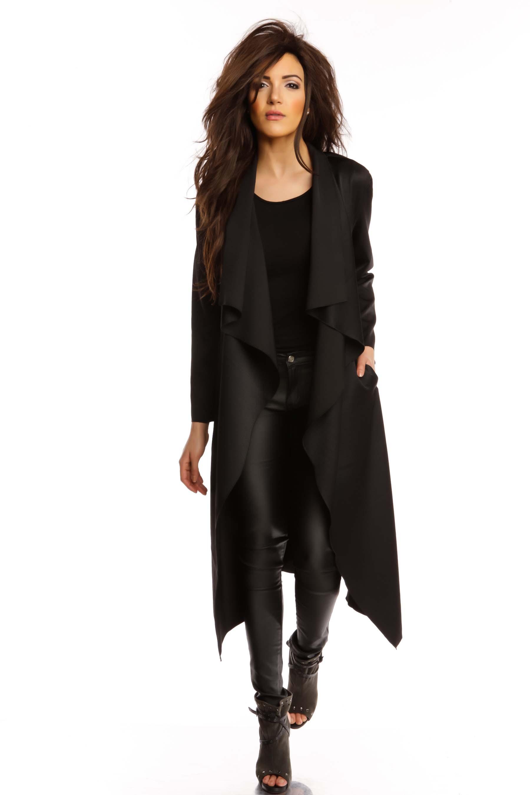 manteau noir il vous en faut au moins un dans votre dressing. Black Bedroom Furniture Sets. Home Design Ideas